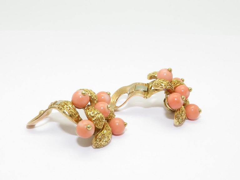 1970s Van Cleef & Arpels Coral Beads Gold Ear Clips In Good Condition For Sale In Beziers, FR