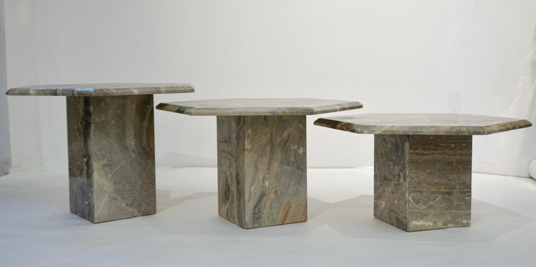 1970s Italian design 3 geometric nesting tables with gradient height, entirely handmade in warm Italian Arabesque Orobico marble, a graphic pattern of sweeping colors in dark and light grey, rust orange brown and red with white and gold veins. The