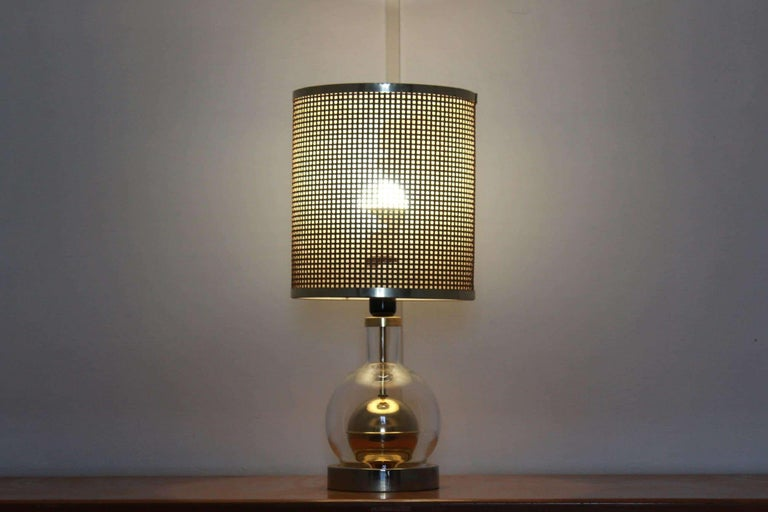 A made in Italy vintage table lamp from the 1970s with rope netting lampshade and glass or brass structure. In remarkable conditions and perfectly functioning with only few signs of time hardly visible.