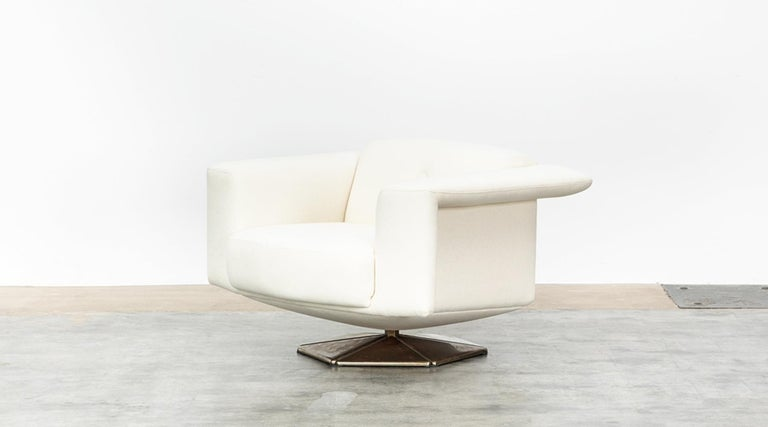 1970s White Upholstery on Zinc Base Lounge Chairs by Voitto Happalainen In Good Condition For Sale In Frankfurt, Hessen, DE