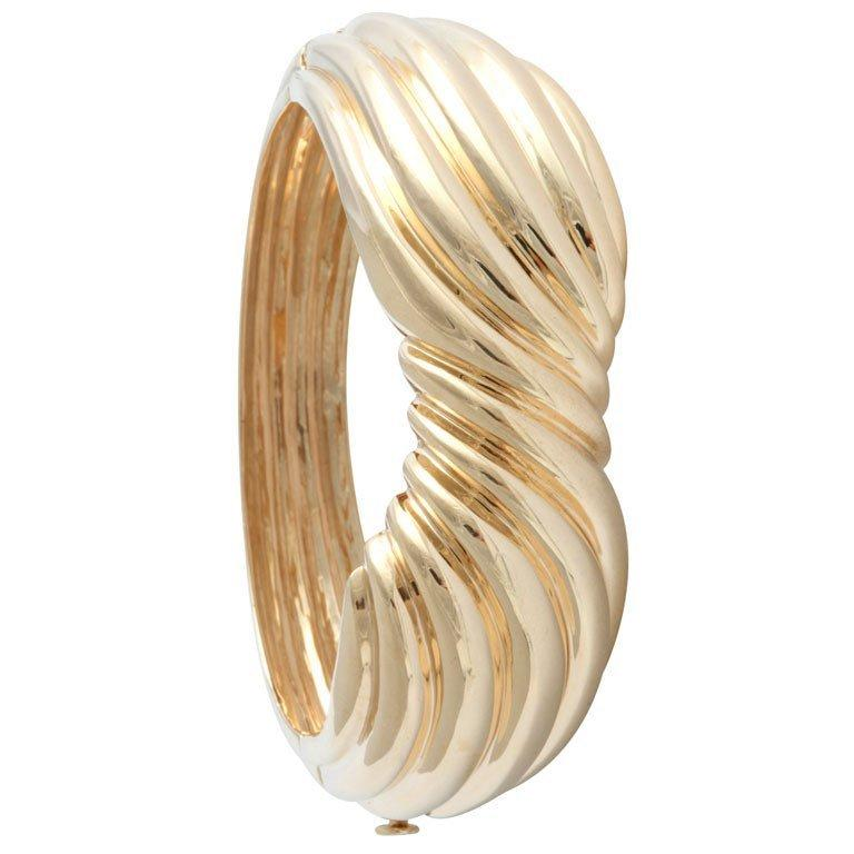 Women's 1970's Wide Yellow Gold Bow Bangle - Three Dimensional Bracelet For Sale