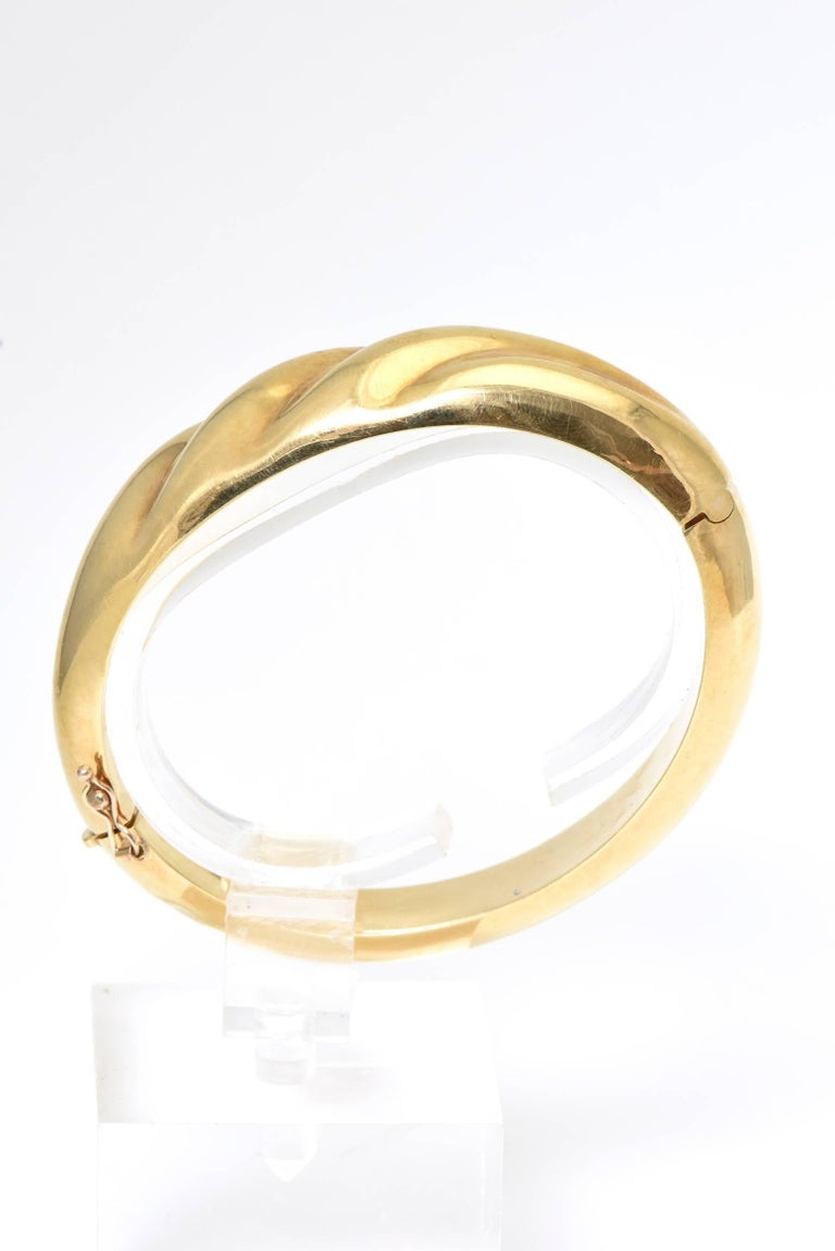 1970s Wide Yellow Gold Wave Bangle Bracelet In Good Condition For Sale In Miami Beach, FL