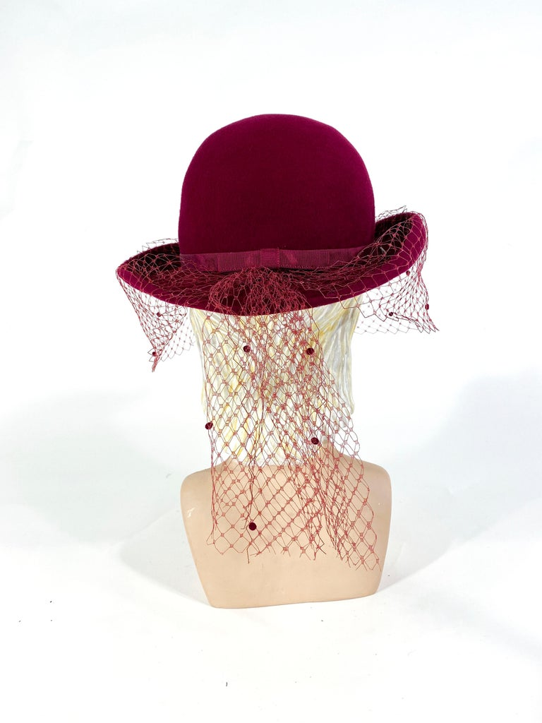 1970s Wine Felt Derby With Hatpin and Veil In Good Condition For Sale In San Francisco, CA