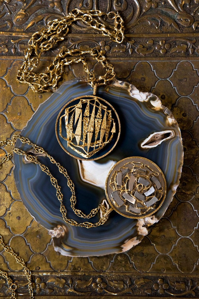 1971 Kutchinsky Abstract Design Mirror-Finish and Textured Gold Pendant In Excellent Condition For Sale In New York, NY