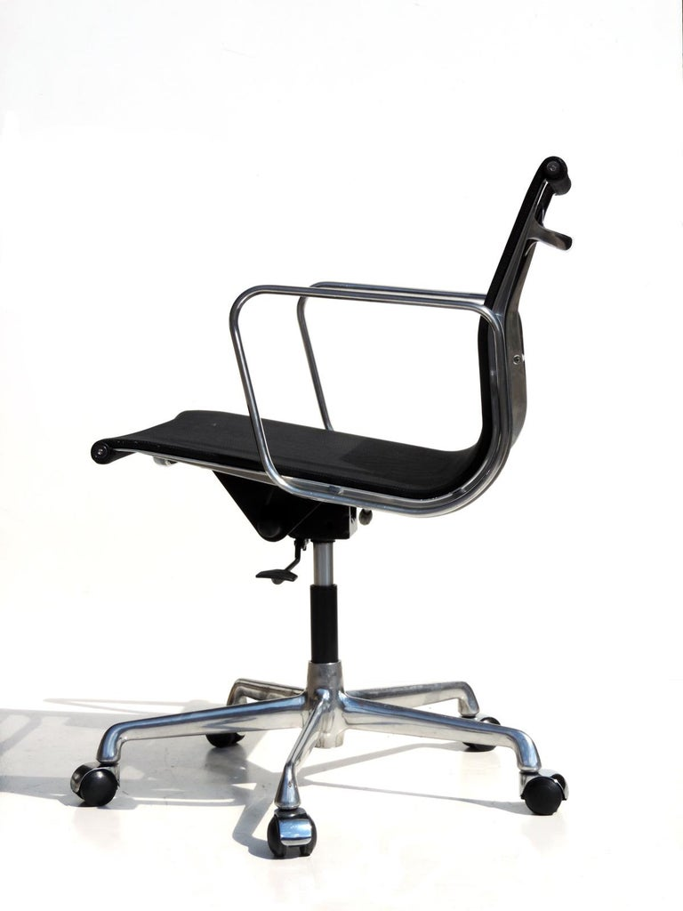 Chrome aluminum frame Black netweave seat Adjustable and reclining seat Excellent condition.