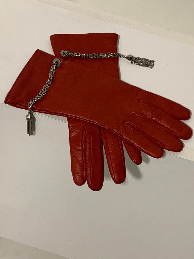 1980 Gianni Versace Red Lambskin Leather Gloves W/ Chrome Chain & Tassel Size 8 In Excellent Condition For Sale In San Francisco, CA