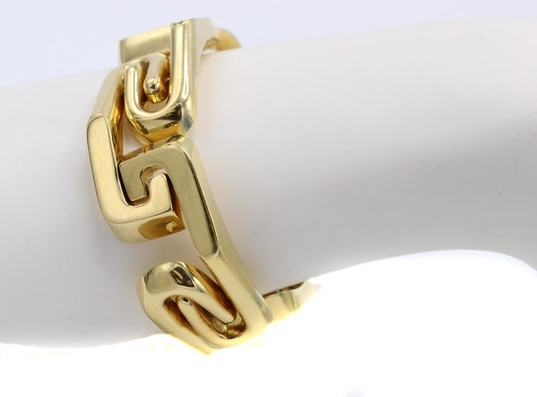 1980s Assymetrical Gold Link Bracelet In Excellent Condition For Sale In New York, NY