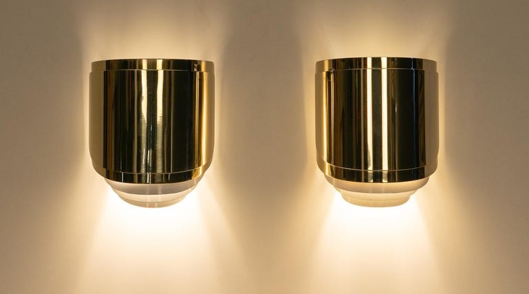 A pair of 1980s American polished brass wall lights designed by Warren Platner.   Elegant set of brass wall-mounted lamps designed and manufactured Warren Platner in USA in 1981. The sconces gives a beautiful light and shadow play on the wall when