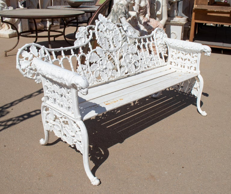 1980s Cast Aluminium Solid Metal White Garden Bench with Grapes Flower Garlands In Good Condition For Sale In Malaga, ES