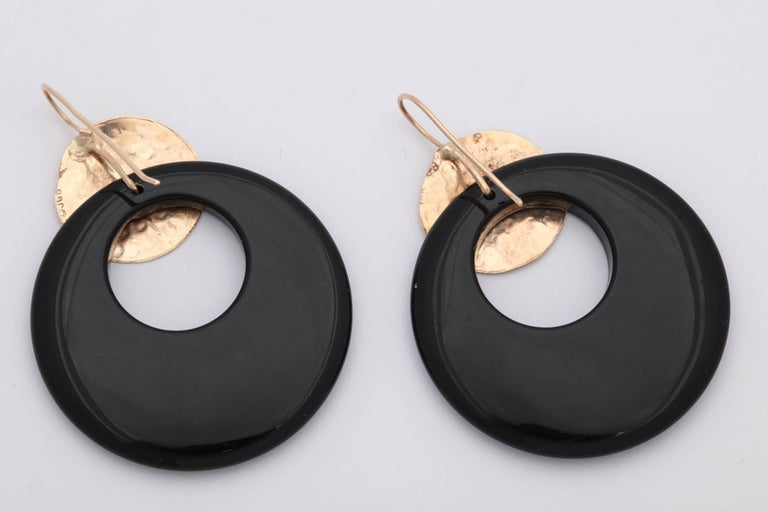 Women's 1980s Custom Onyx Loop and Hand-Hammered Gold Dangle Earrings with Shepard Hook For Sale