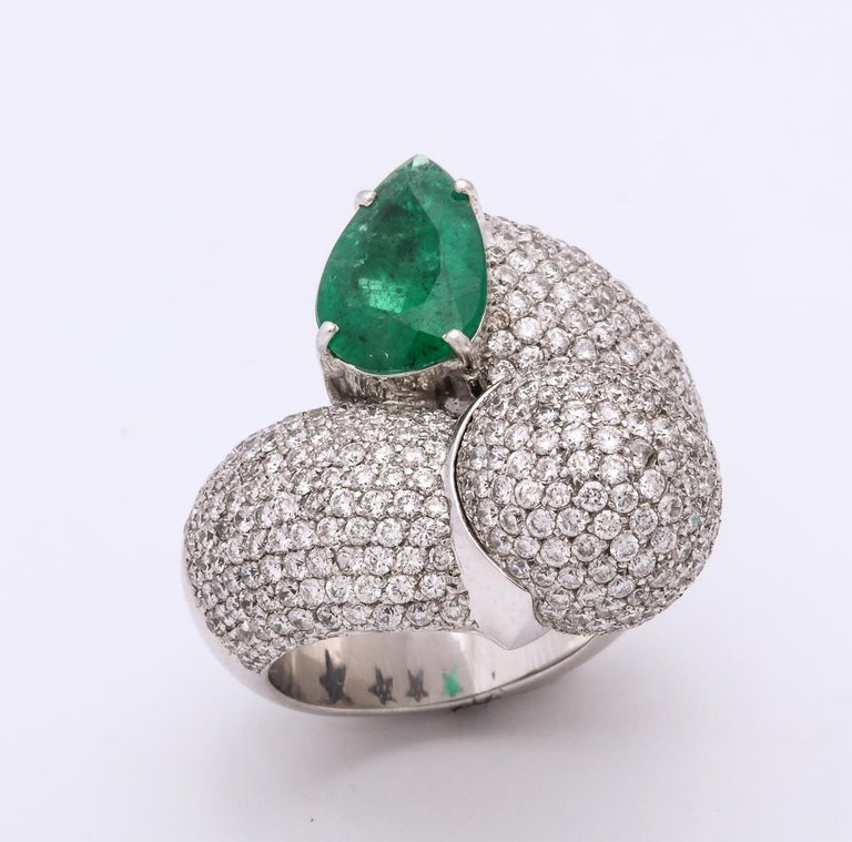 1980s Dramatic Pear Shaped Emerald with Diamond Bypass Gold Cocktail Ring For Sale 5