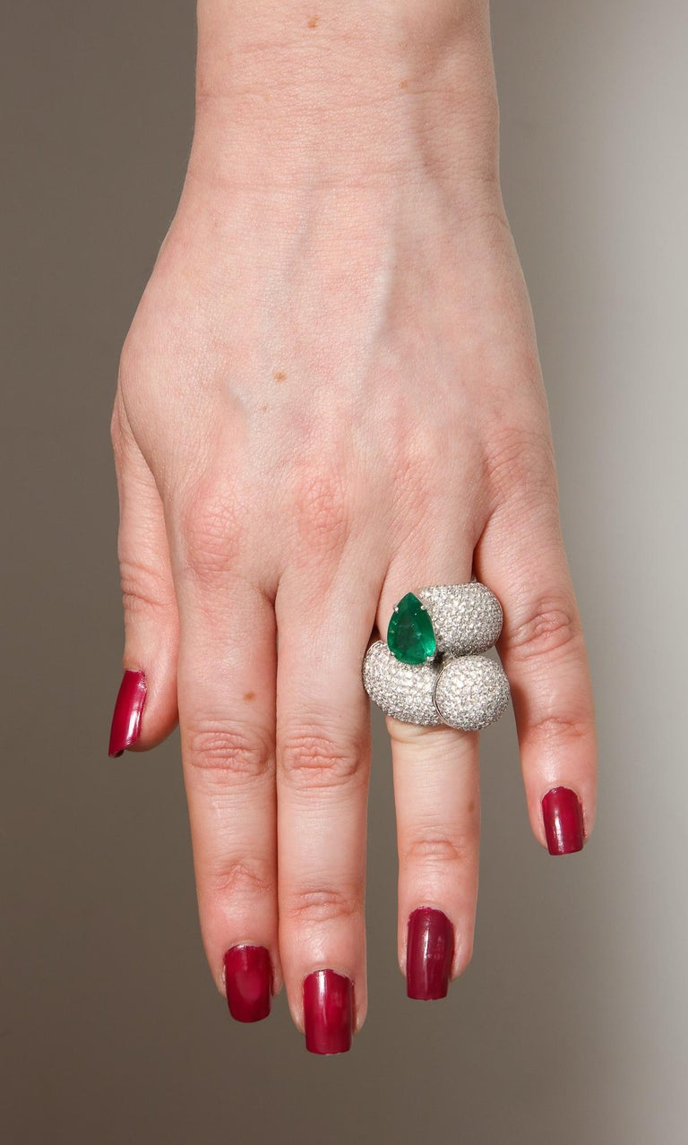 1980s Dramatic Pear Shaped Emerald with Diamond Bypass Gold Cocktail Ring For Sale 9
