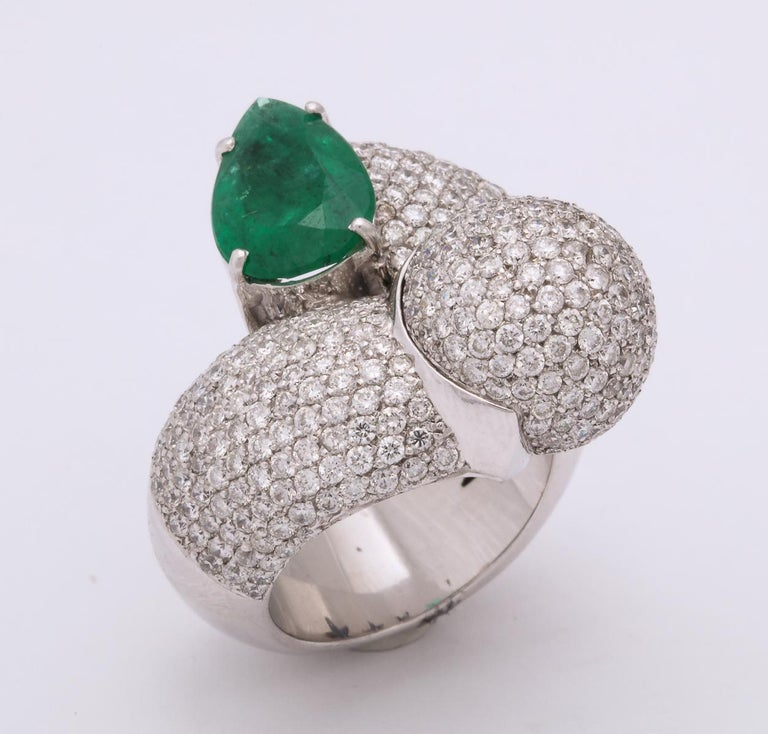 1980s Dramatic Pear Shaped Emerald with Diamond Bypass Gold Cocktail Ring For Sale 3