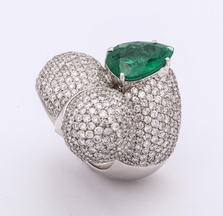 1980s Dramatic Pear Shaped Emerald with Diamond Bypass Gold Cocktail Ring For Sale 4