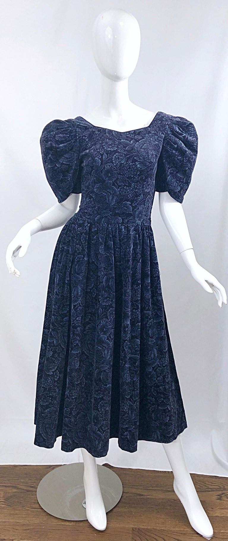 Chic early 1980s LAURA ASHLEY original Bathsheba Collection—So rare to find! Navy blue velvet open-back flower print mid dress! Features puff sleeves that add just the right amount of extra volume. Hidden zipper up the back with hook-and-eye