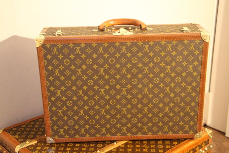 This very beautiful Louis Vuitton monogram suitcase features all solid brass fittings: lock, clasps and studs are marked Louis Vuitton. Large comfortable all leather round handle. Measures: 60cm Interior is in perfect condition with its 2 original