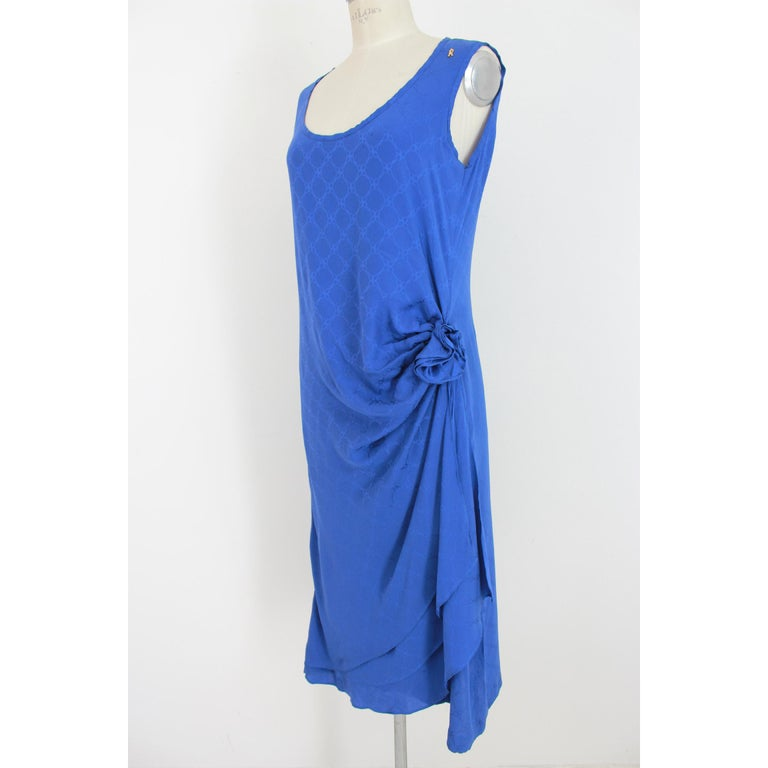 Roberta di Camerino vintage women's dress. Blue color, 100% silk. Long sleeveless dress, wallet skirt with flower on the side. Tone-on-tone geometric design. 80s. Made in Italy. Excellent vintage condition.  Size: 46 It 12 Us 14 Uk   Shoulder: 46 cm