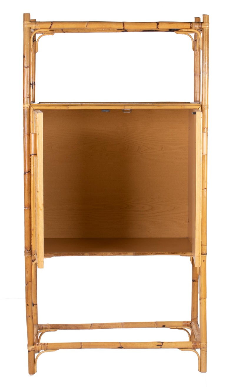 1980s Spanish Bamboo Two-Door Shelved Bookcase In Good Condition For Sale In Malaga, ES