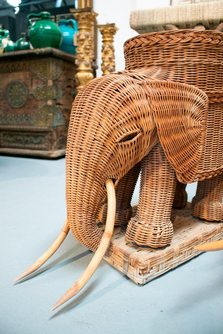 1980s Spanish Pair of Elephant Weaved Rattan Side Tables For Sale 4