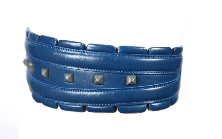 1988 AZZEDINE ALAIA blue-green leather runway belt with gunmetal pyramid studs For Sale 2