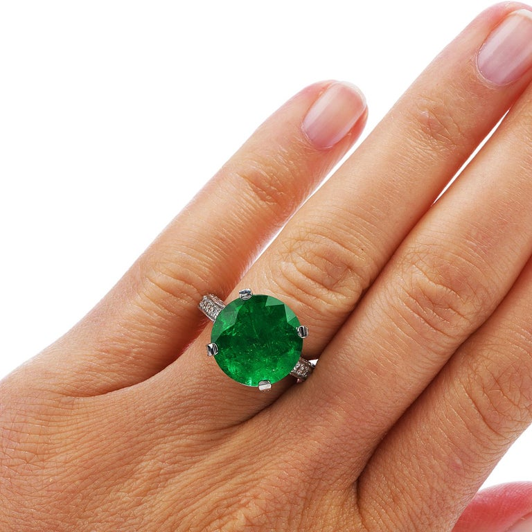 1990s Certified 8.13 Carat Colombian Emerald Diamond Platinum Cocktail Ring For Sale 2