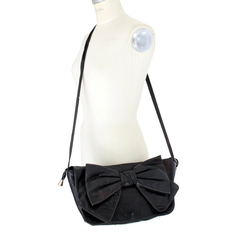 Dolce & Gabbana vintage shoulder bag. Maika model, black color in 100% leather, large bow, clip closure, inside pockets with zip. 90s. Made in Italy. Excellent vintage conditions.  Height: 24 cm  Width: 38 cm  Depth: 3 cm