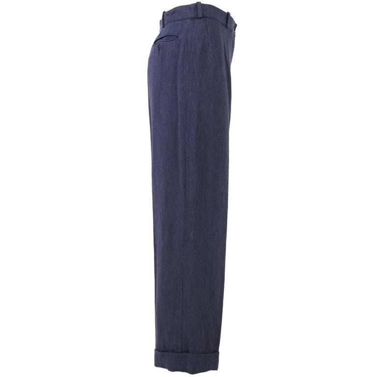 Lovely and flattering Hermès pants in blue linen, with a very classical and comfortable fit. Feature a pocket with a button on the back. Good conditions.  Measurements: Height: 98 cm Waist: 36 cm Crotch: 68 cm