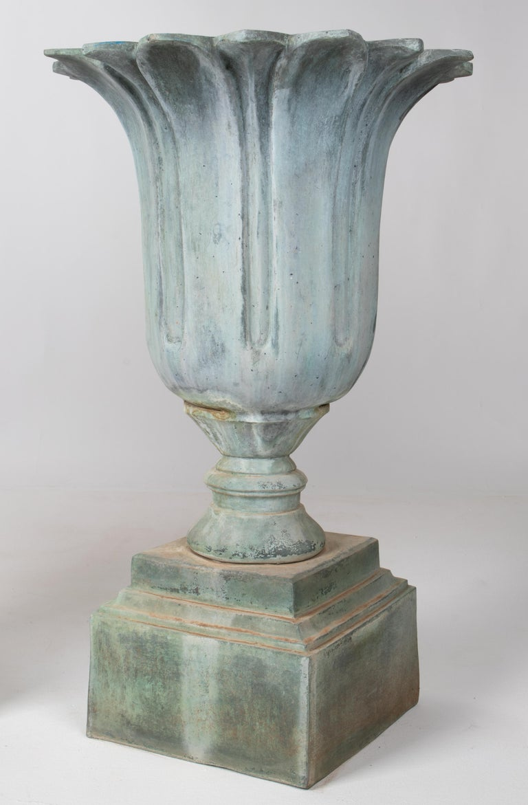 1990s Pair of Classical Bronze Garden Urns In Good Condition For Sale In Malaga, ES