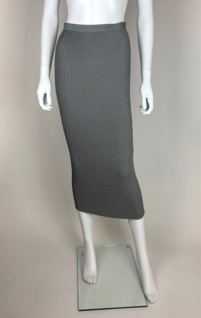 THIERRY MUGLER, Made in France, circa 90.  Mottled grey pleated skirt. No lining. No size tag. I would recommend it for 34/36 EU.  Please see measurements bellow, taken flat and unstretched :  Waist width 32cm / Length 85cm.   Every item is rare and