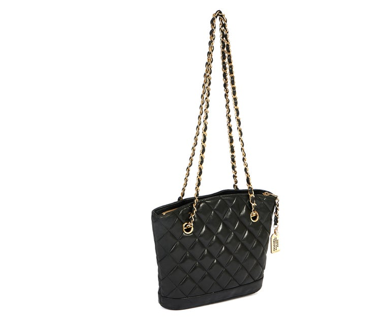 This shoulder bag from Chanel comes in the classic color black with a golden chain. The shoulder drop is 12 inches and the leather is super soft. According to the hologram number the bag is from the era 1996 to 1998. It comes with a original Chanel