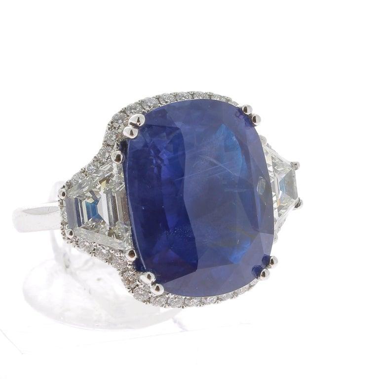 19.95 Karat Kissen Intensiver Blauer Ceylon Saphir Ring 18 Karat Weißgold 2
