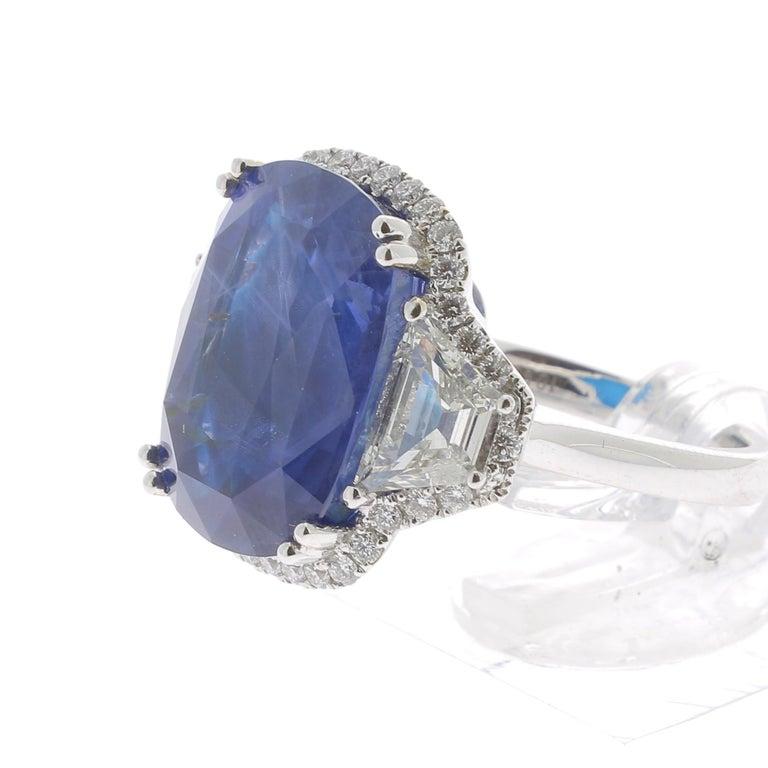 19.95 Karat Kissen Intensiver Blauer Ceylon Saphir Ring 18 Karat Weißgold 4