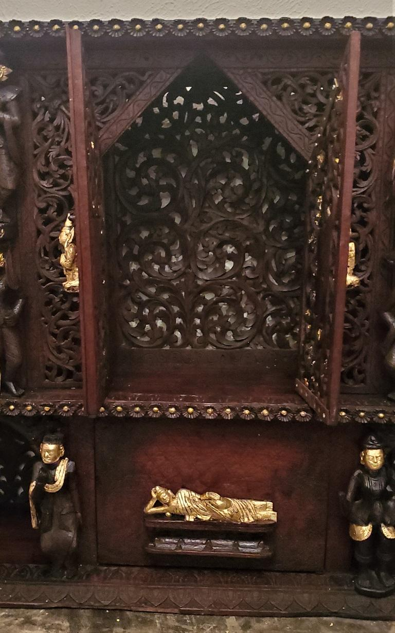 19th Century SE Asian Highly Carved Wooden and Gilted Floor Case For Sale 5