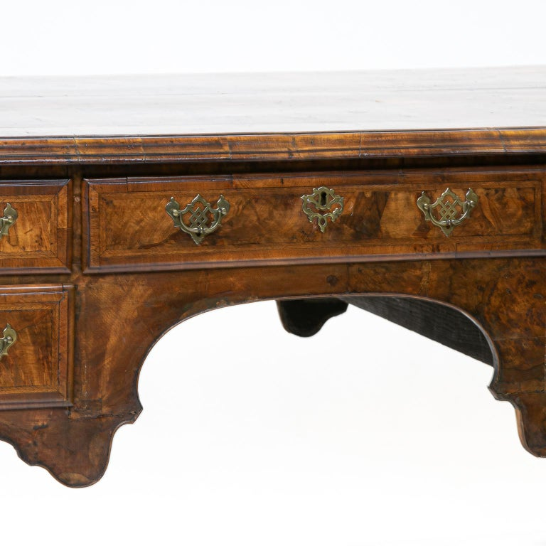 19th century Chippendale burl walnut partners writing desk This desk has functional drawers on both sides, a true partner's desk. This desk is made of walnut and has oak-lined drawers, but is covered with a burl walnut veneer (old-style veneer)