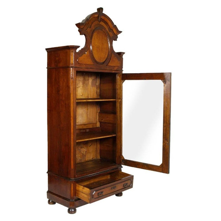 Beautiful wardrobe, vitrine, display cabinet or bookcase, Louis Philippe of the 19th century in solid walnut and walnut folder. With two or more internal shelves, large bottom drawer, shaped gendarme hat and onion feet. Restored and