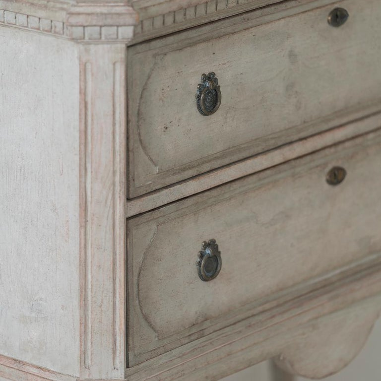 Swedish Gustavian Style Pair of Painted Bedside Chests For Sale 1