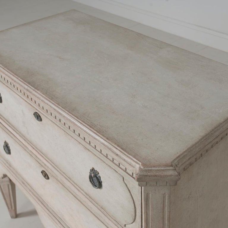 Swedish Gustavian Style Pair of Painted Bedside Chests For Sale 3