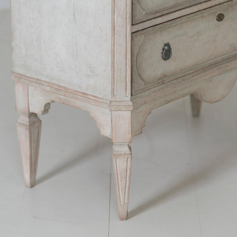 Swedish Gustavian Style Pair of Painted Bedside Chests For Sale 4