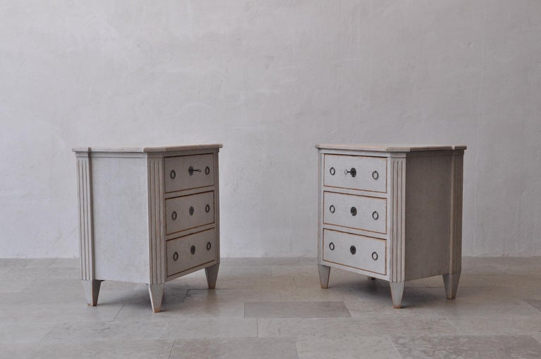 19th Century Swedish Gustavian Style Pair of Painted Bedside Chests In Excellent Condition For Sale In Wichita, KS
