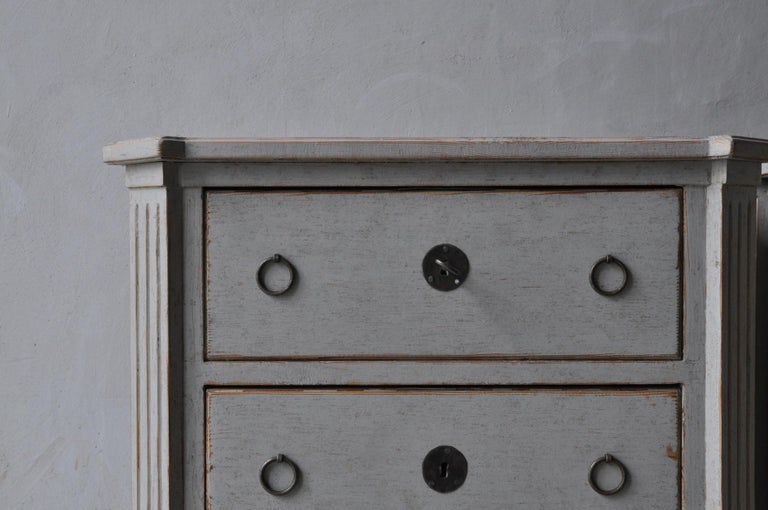 19th Century Swedish Gustavian Style Pair of Painted Bedside Chests For Sale 1