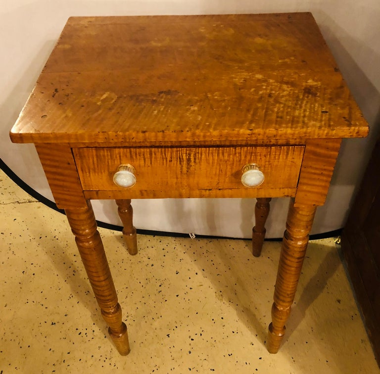 19th Century American Sheraton Cherry and Tiger Maple Stand with One Drawer In Good Condition For Sale In Stamford, CT