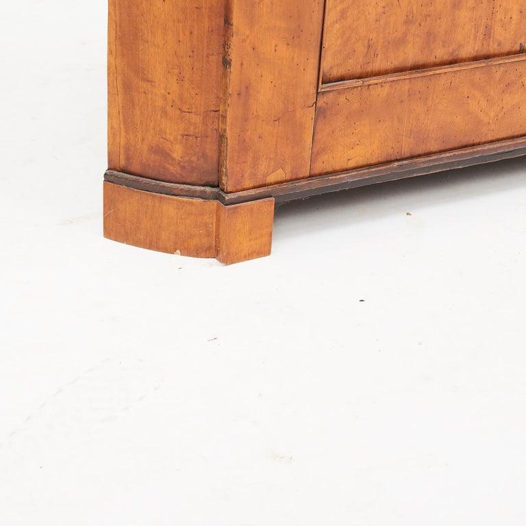 19th Century Austrian Biedermeier Corner Cabinet in Flame Birch Veneer For Sale 12