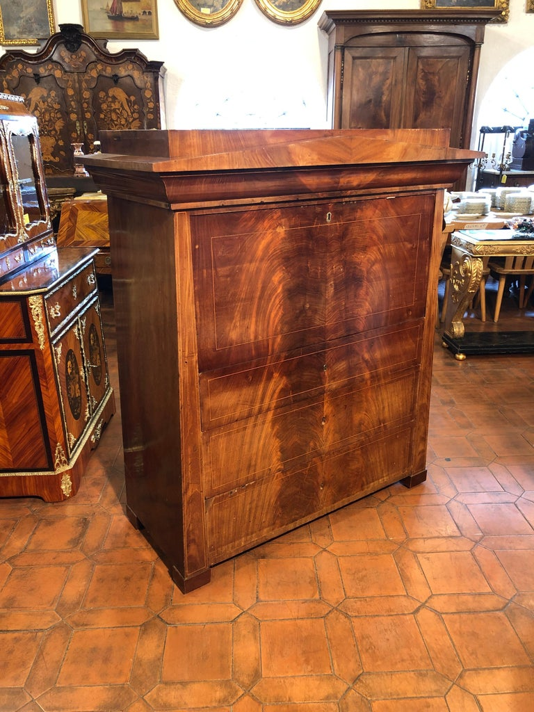 Fantastic example of secretaire conical, Biedermeier period first period, circa 1830, secretaire that hides many secrets, opening the top drawer of the tympanum shutter with hidden button. The scarabattolo is in mahogany, with architectural elements