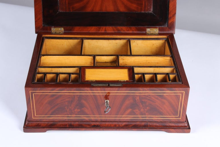 19th Century Biedermeier Sewing or Jewelry Box, Mahogany with Maple Inlays In Good Condition For Sale In Greven, DE