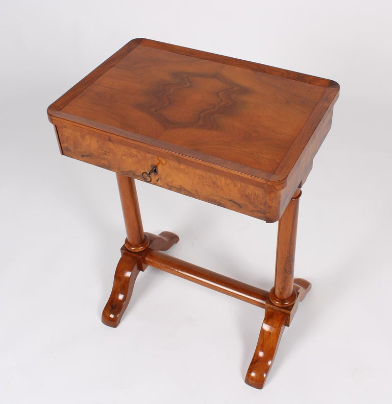19th Century Biedermeier Sewing or Worktable, circa 1820, Walnut Shelac Polished In Good Condition For Sale In Greven, DE