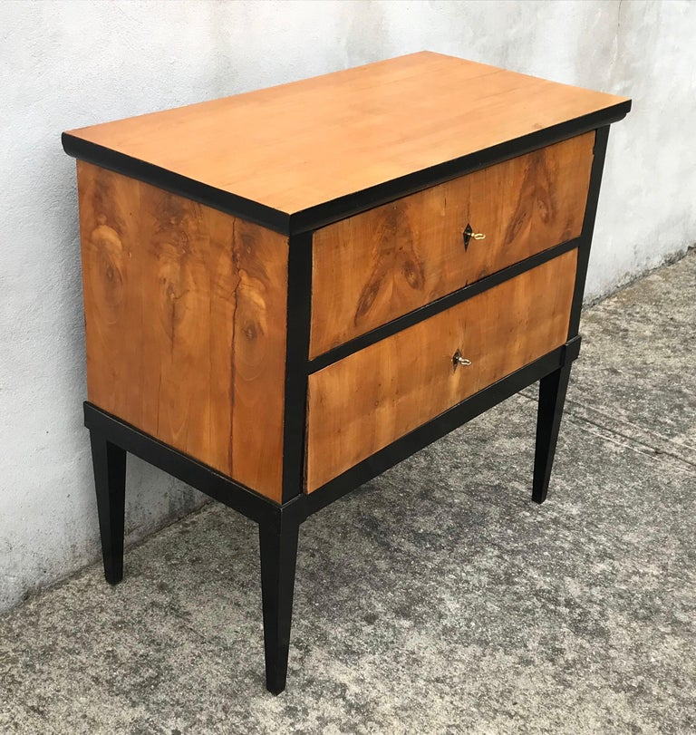 Beautiful walnut Biedermeier period dresser/commode from the mid-19th century, with two drawers and inlaid geometric motifs. This exquisite commode features a rectangular top sitting above two elegant drawers, each fitted with an ebonized