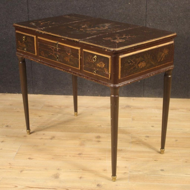 French dressing table from the late 19th century. Furniture in carved and chinoiserie lacquered wood of beautiful line and pleasant decor. Dressing table equipped with internal mirror and side compartments (one with secret) of good service.