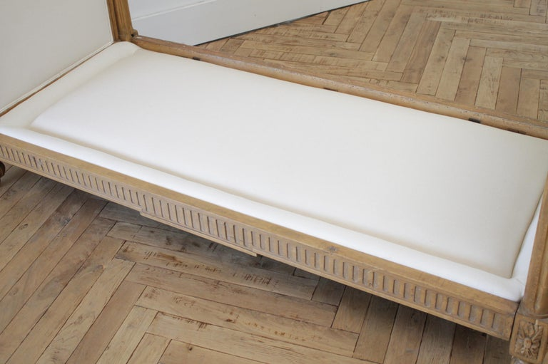 19th Century Carved Natural Walnut Daybed with White Upholstery For Sale 4