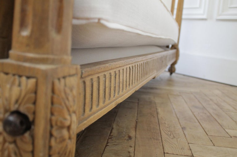 19th Century Carved Natural Walnut Daybed with White Upholstery For Sale 7