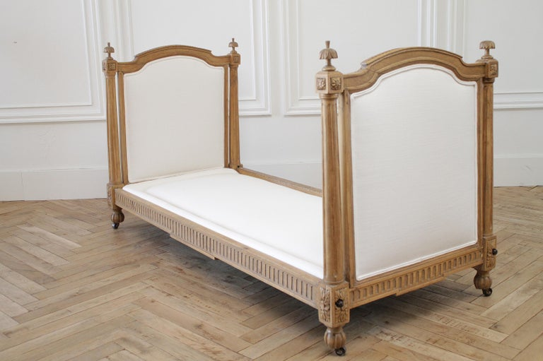 19th Century Carved Natural Walnut Daybed with White Upholstery For Sale 10